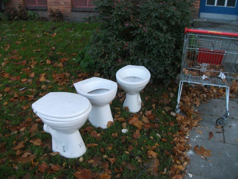 Toiletten im Vorgarten