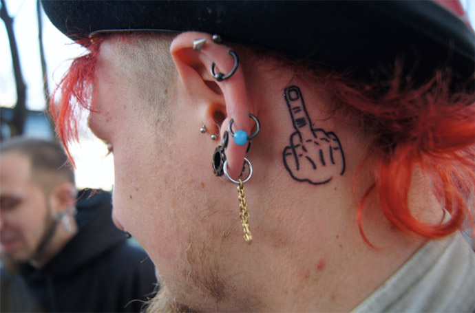 Stinkefinger-tattoo
