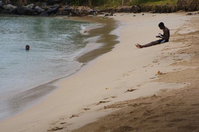 Junge-am-Strand-Karibik