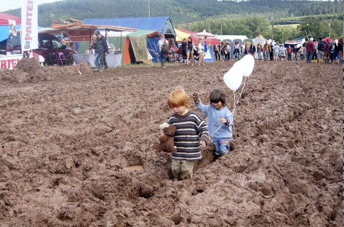 Kinder-im-Schlamm