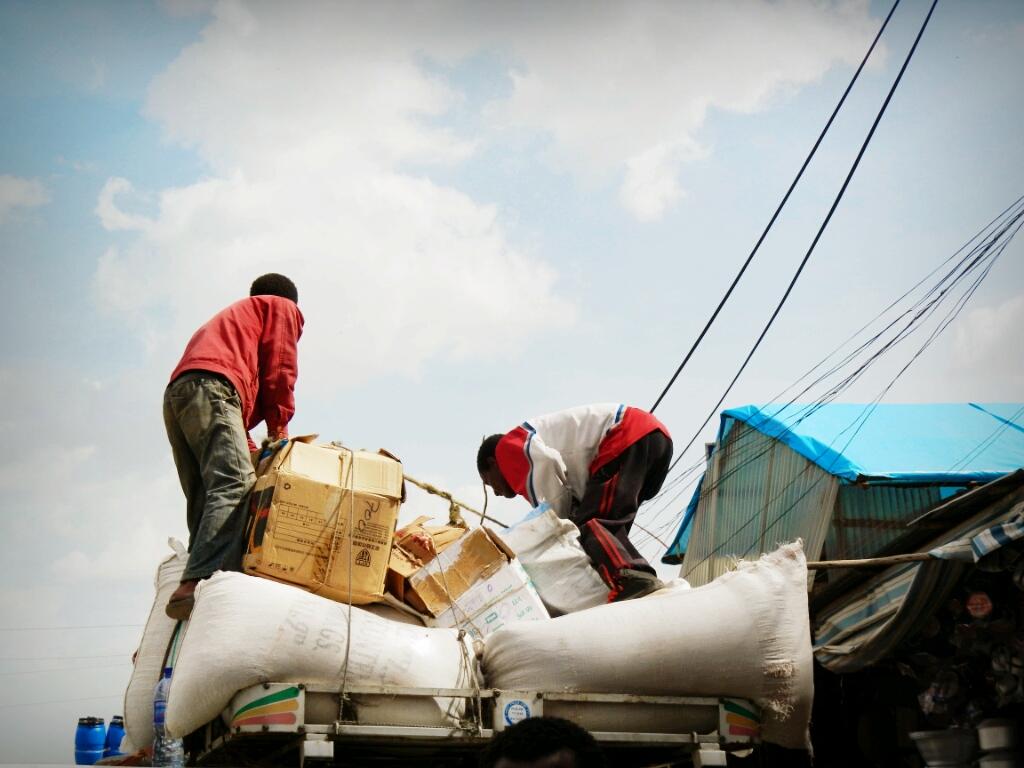 Addis-Abeba-Äthiopien-Markt-Arbeiter