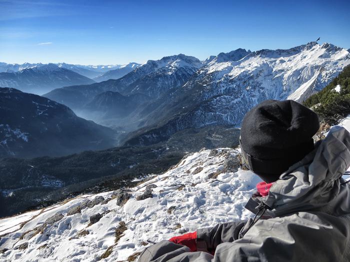 Snowboarden in Tirol: Wer seine Skills am nächsten Tag im steileren Gebiet ausprobieren möchte, kann das in Lermoos im Skigebiet Grubigstein machen. Hier wird es schon ein ganzes Stück steiler. Leider waren die Pistenverhältnisse in der Früh auch noch etwas sehr hart, sodass ich derweil an meinem Snowboarder-Image feilen und mich mit dem Gesicht zur Sonne in den Schnee legen konnte. Eine grandioses Bergpanorama!