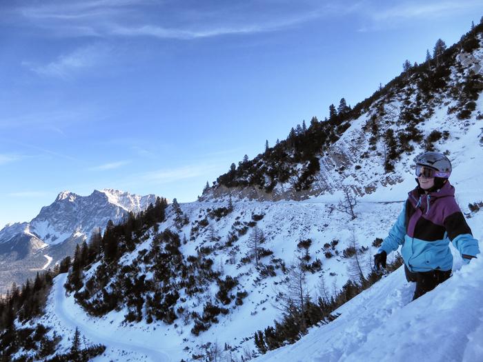 Mittags habe ich dann erste Expeditionserfahrungen gemacht und bin im Tiefschnee über einen steilen Abhang zur abgelegenen Wolfratshauser Hütte gestapft. Pistenprofis fahren solche Strecken natürlich. Klar. Als ich mich fürs Laufen entschieden hatte, wusste ich aber auch noch nicht, dass Tiefschnee so tief sein kann!
