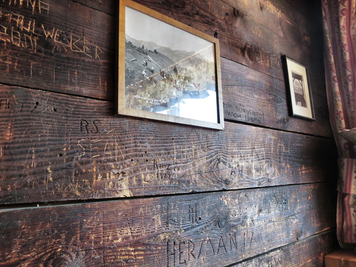 Snowboarden in Tirol. Wer sich verewigen möchte: ab in die Wolfratshauser Hütte.
