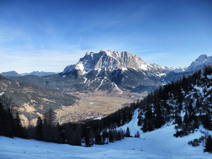 """Snowboarden in Tirol: """"Diesmal war alles anders."""" Der Blick von der Wolfratshauser Hütte auf ´d Tiroler Zugspitz Arena mit Ehrwalder Alm."""