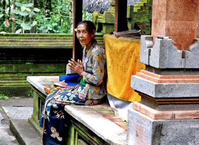 Bali-Traditionelle Kleidung im Tempel