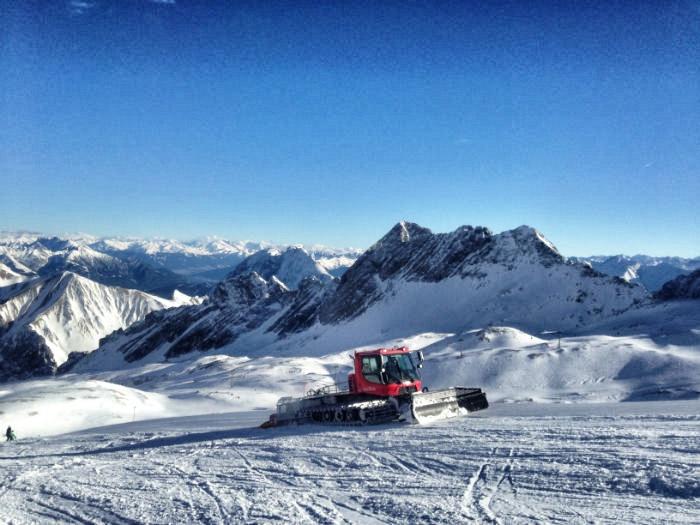 Skifahren auf der Zugspitze - Schneekatze im Einsatz
