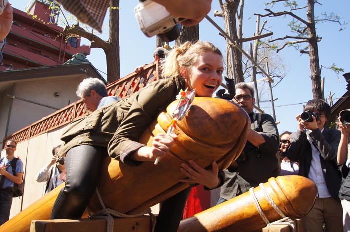 Christine-Neder-hat-40-Festivals-in-40-Wochen-besucht.-Ihr-verrücktestes-Festival-war-das-Penis-Festival-in-Japan-