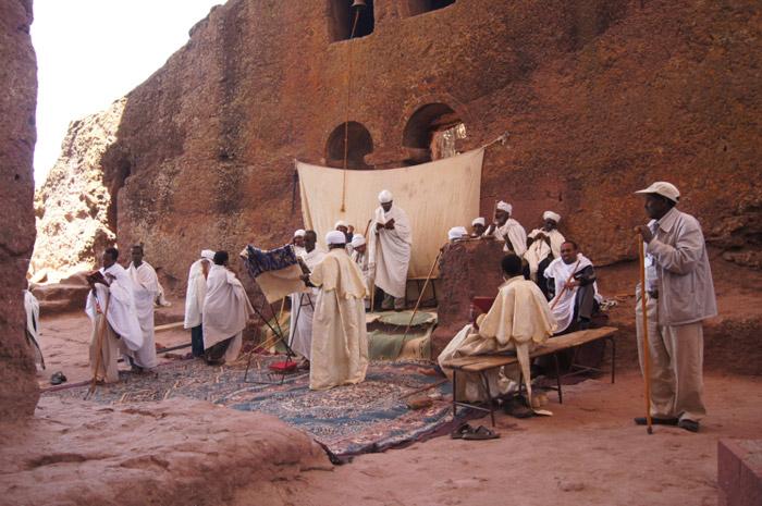 Gottesdienst-in-den-Felsenkirchen-von-Lalibela---Äthiopien.-Wenn-es-nach-Christine-Neder-geht,-das-8.-Weltwunder