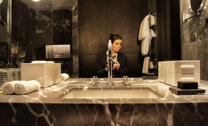 Anne im Badezimmer