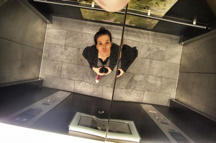 Anne im Fahrstuhl South Place Hotel London
