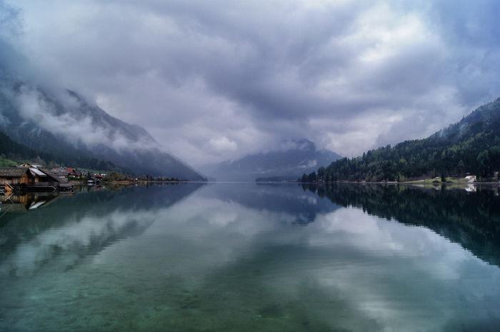 Verwunschene Spiegelung im See