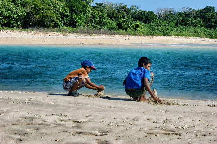 Kinder am Strand der Fidschi Inseln