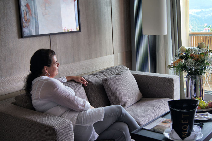 Mama im Wohnzimmer