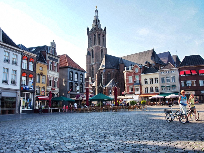roermond men The city of roermond is a historically important town, on the lower roer at the east bank of the meuse river  the two men were lawyers on holiday,.
