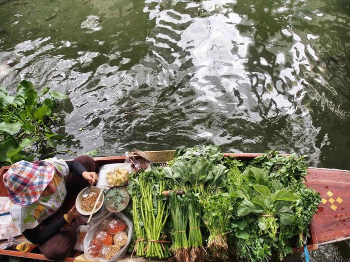 bangkok-frau-schwimmender-m