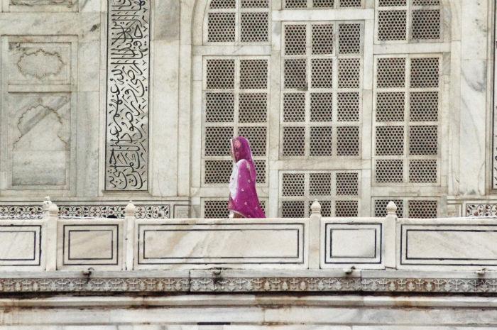 Frau im Taj Mahal