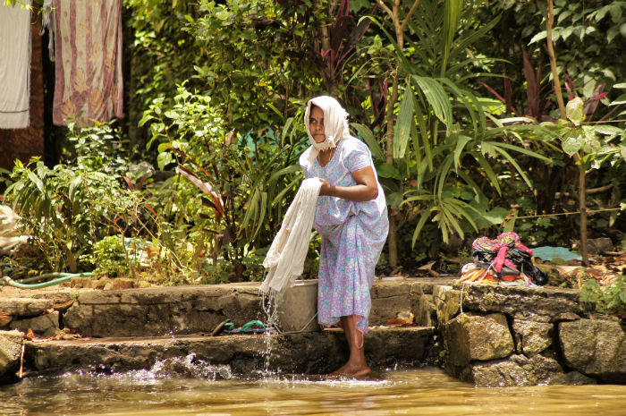 urlaub_in_indien_Frau in Backwater Kerala Indien