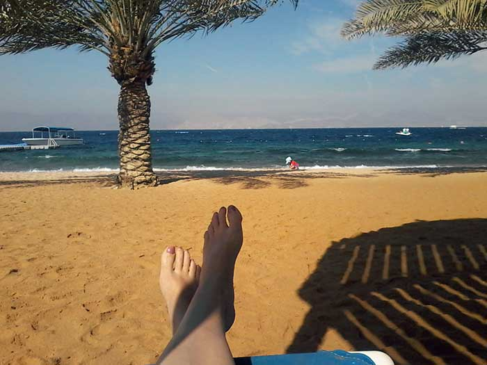 Aaron-spielt-am-Strand-in-Jordanien