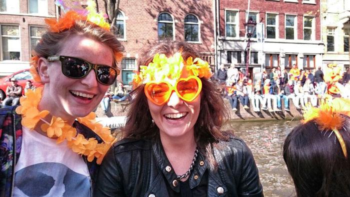 King's Day in Amsterdam Anne und Gesa in Orange