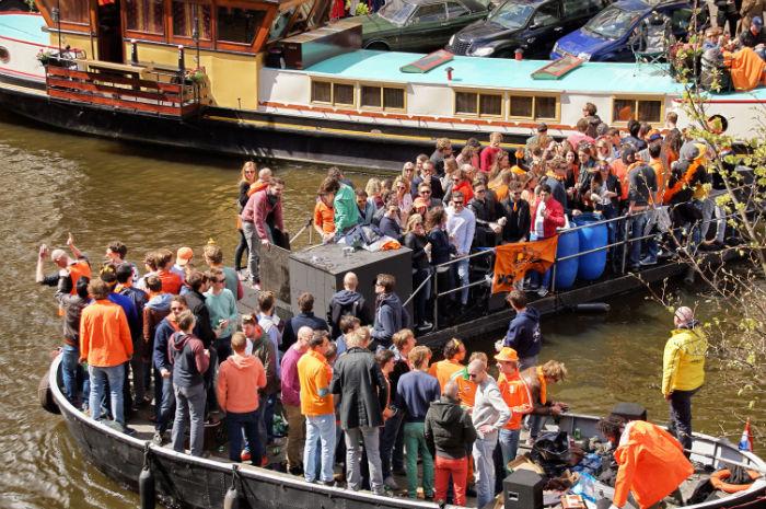 King's Day in Amsterdam Feiernde Menschen