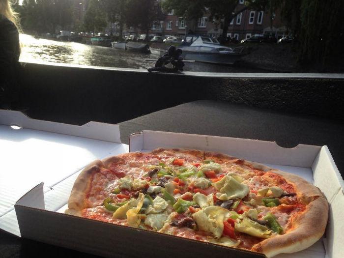 Amsterdam_mit_dem_Boot_Pizza