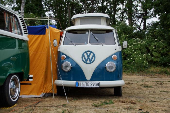 blauer Bulli T1 auf dem Midsummer Bulli Festival