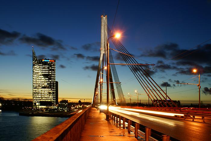 Riga Brücke bei Nacht