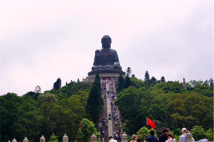 Tagesausflug auf Lantau Big Buddha winkend
