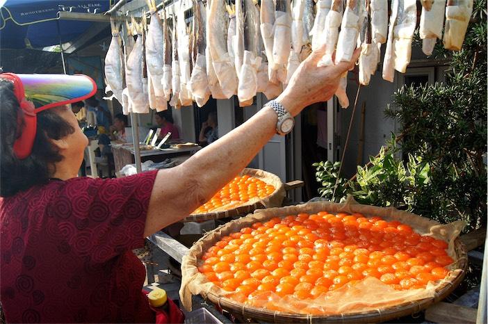 Tagesausflug auf Lantau Frau in Tai O