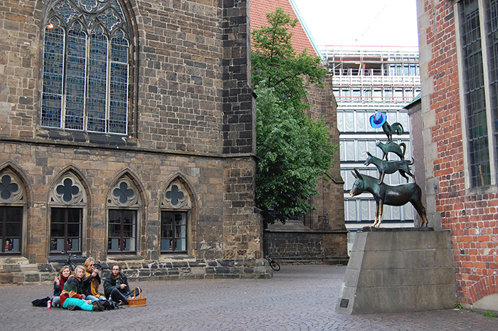 Wochenende-in-Bremen_BremerStadtmusikanten-mit-Hippies_Snapseed