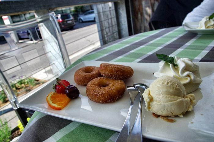 Apfelküchle-mit-Vanilleeis