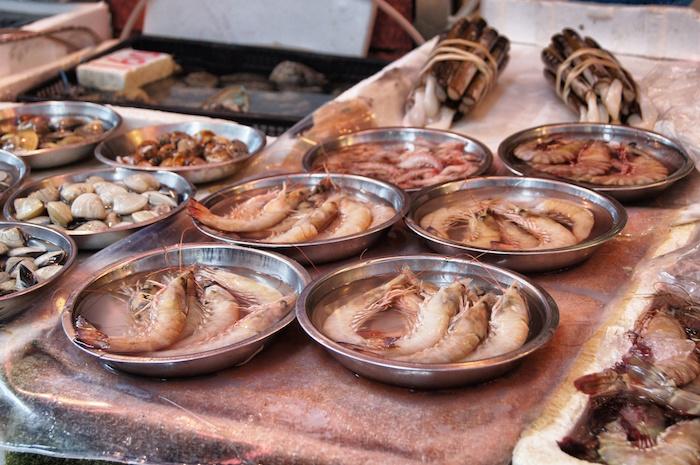 essen-in-hong-kong-fisch-auf-dem-tisch