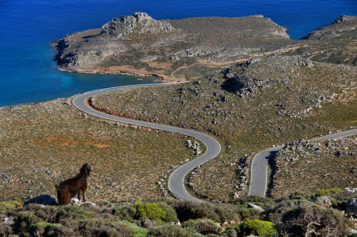 Roadtrip-auf-Kreta-Land Rover Adventure Greece_Aussicht_Sepentinen_nah