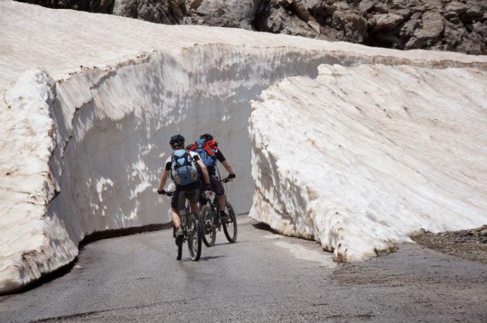 Roadtrip-auf-Kreta-Landrover_Adventure_Greece_Schnee_Radtour