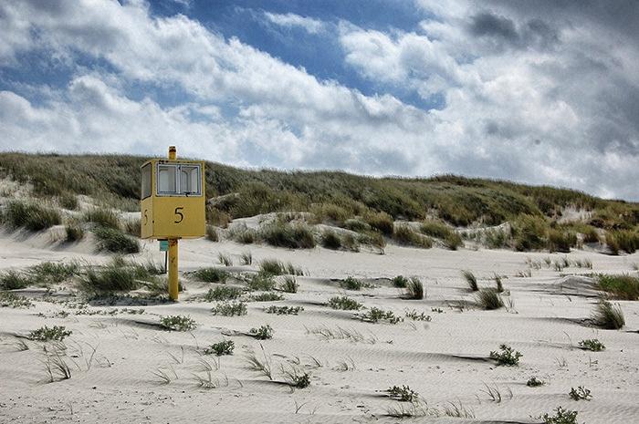 Gelbe Box am Strand