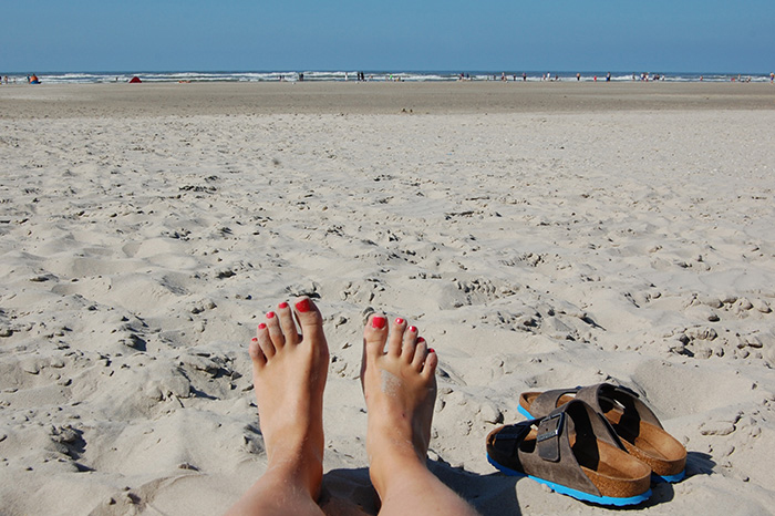 Füße im Juister Sand