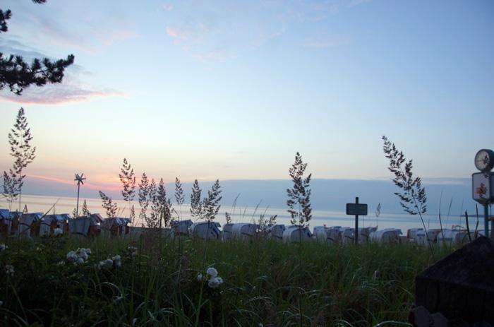 """Auf den Weg zum Timmendorfer Strand, ist mir am Bahnsteig eine Gruppe Pfadfindermädchen begegnet. Die eine hat ihr Buch liegen lassen, die andere ihre Mütze verloren, wieder eine andere geweint, weil sie Heimweh hatte. Die Gruppe hat mich nachdenklich gemacht. Wann habe ich das letzte Mal geweint, weil ich Heimweh hatte? Wann habe ich das letzte Mal das Gefühl gehabt ein Abenteuer zu erleben. Das Wochenende in der Lüneburger Heide wird für sie eines der größten Abenteuer. Campen, den ganzen Tag in der Natur und so weit weg von zu Hause. Mich müsste man schon in den Dschungel fliegen lassen oder nach Chile in die Wüste, dass ich noch das Gefühl von """"Abenteuer"""" bekomme. Ich hatte schon lange nicht mehr das Gefühl jung sein zu wollen, doch als ich die Gruppe sah, wäre ich auch gerne noch mal 10 Jahre alt gewesen. Ich wäre gerne mit Hexe der Pfadfinderleiterin auf Tour gegangen. Und ich würde mich gerne mal wieder so zu Hause führen, dass ich weine, weil ich Heimweh habe."""