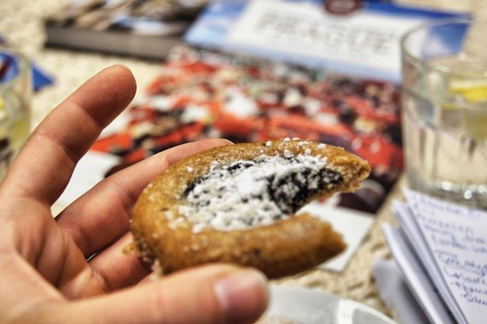 essen-in-prag-lebkuchen-in-der-hand