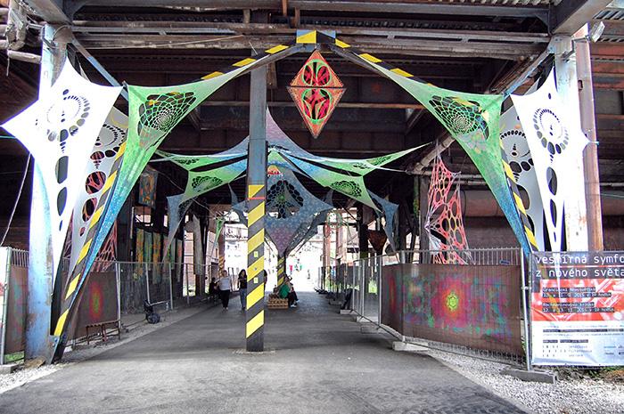 Colours-of-Ostrava_Gang-mit-Goa-Deko