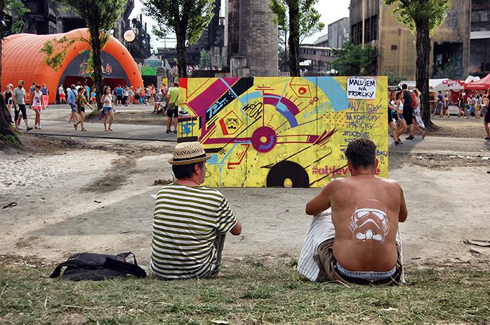 Colours-of-Ostrava_Jungs-von-hinten-vor-gelber-Wand