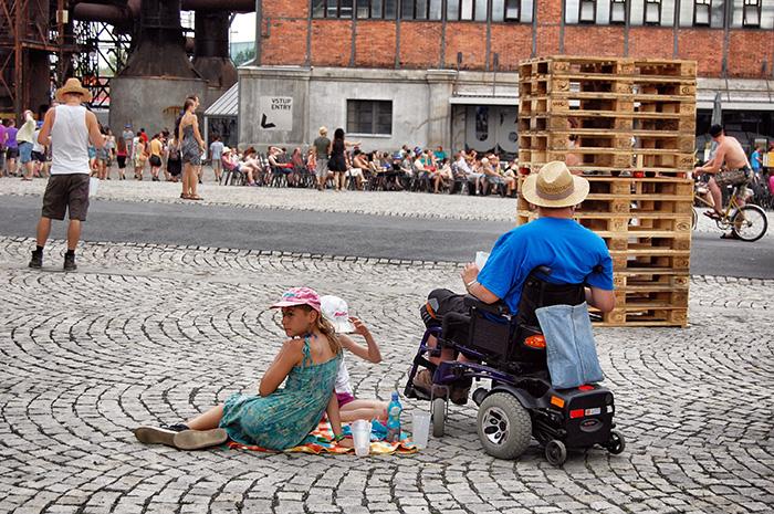 Colours-of-Ostrava_Kinder-und-Rollstuhl
