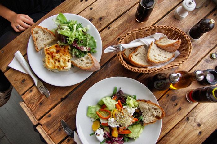 Essen-im-Café-