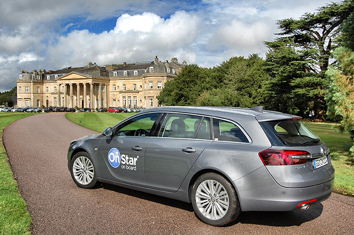 Opel-OnStar_Auto-vor-Schloss