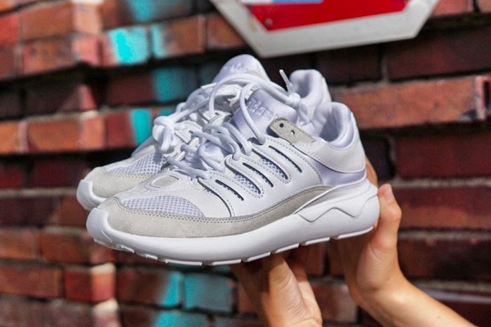 weiße-Adidas-schuhe
