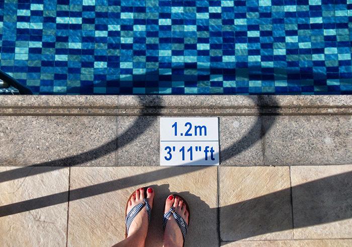 Dubai_stopover-Füße-Pool