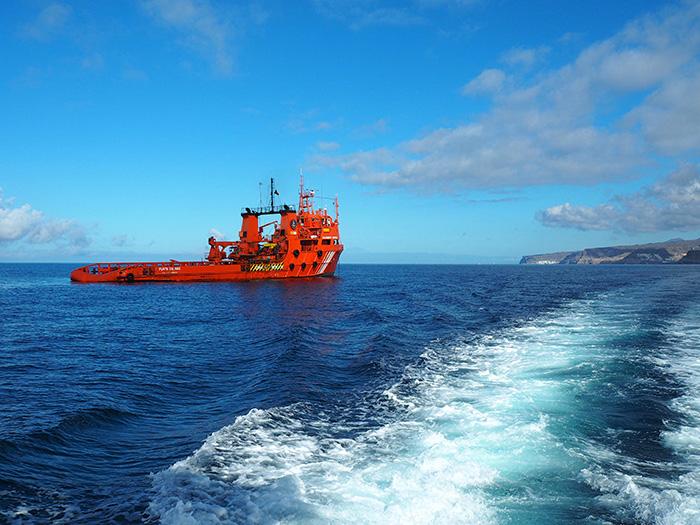 Gran-Canaria_rotes-Schiff-im-Meer