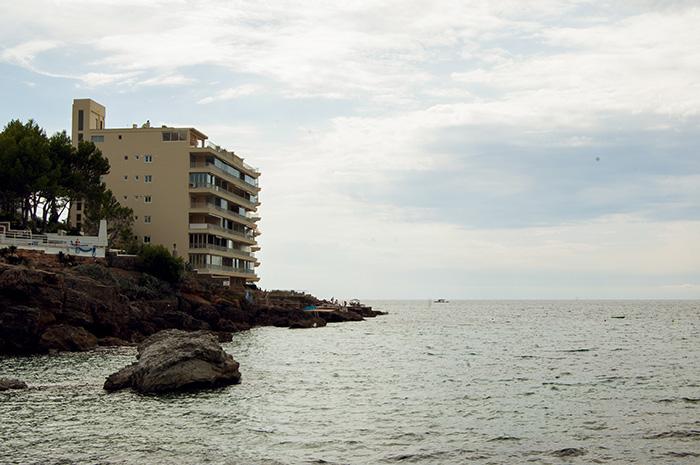 Mallorca_Geheimtipps_Küste-mit-Hotel_bewölkt-
