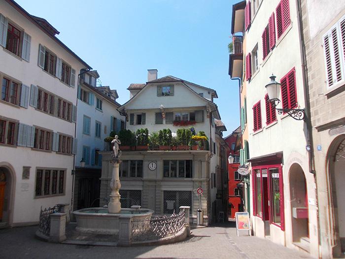 Schweiz-Zürich-Platz-mit-Brunnen
