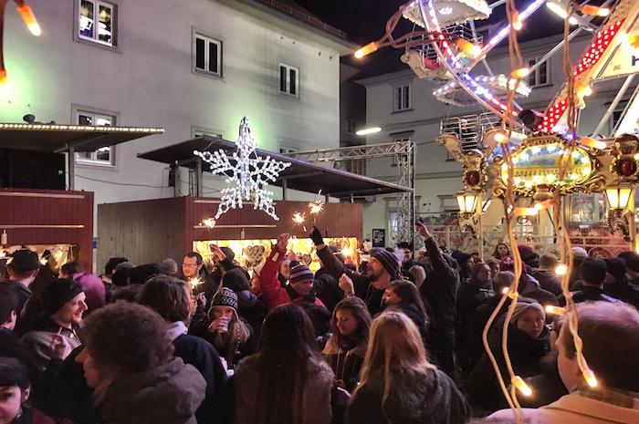 Weihnachten in Graz Wnderlend Menschen mit Wunderkerze
